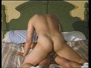Latino dando o cu na cama e ficando excitado