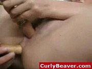 Красивая брюнетка мастурбирует вибратором