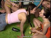 Лнсбиянки издеваются над девушкой