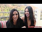 Порно видео зрелая лесби трахает молодую лесби большим самотыком в анал