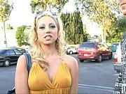 Лапал блондинку за жопу а затем начал ее потихоньку раздевать