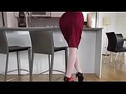 Под юбкой у сидящей девушки видео