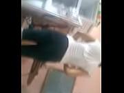 Видео голая девушка сидит пречесывая волосы