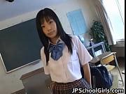 【女子校生】蝉の声が聞こえる夏の教室で美少女女子校生の純白のパンティーに手を滑りこませマン○を弄る