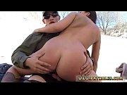 Порно девушка показала прохожему свою большую грудь
