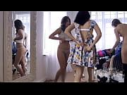 Парень лижет попку сексуальной мулатке видео