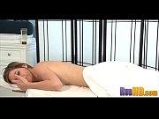 Брюнетка мастурбирует свою волосатую видео
