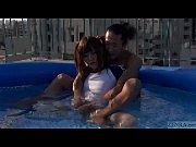 テコキ 大島薫 野外プールでニューハーフオチンチン弄り 日本人ビデオ【エロ動画】