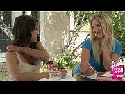 Сексуальная девушка показывает киску видео
