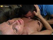 Порно девушка трахается с доберманом в щелку
