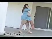 Дамочка с огромными шарами мастурбирует свою киску дилдо перед веб-камерой