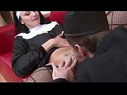 Порно мужик трахает грудастую телку с распухшей киской
