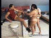 Двое парней трахают худышку толстым членом