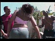 Двух шикарных телочек трахает парень с большим членом порно видео