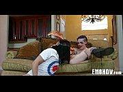 Порно видео два мужика одновременно ебут транса