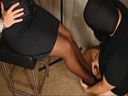 Девушка трахает свою киску толстым членом