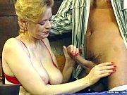 Зрелую даму трахаиьт многомущин иобливают спермой