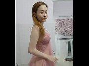 Порно видео она на каблуках в чулках короткой юбке начинает на балко