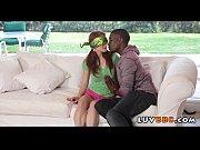 Парень снимает голую девушку на видео в парке