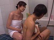 お風呂場で色気ムンムンの美熟女お母さんが手慣れた手コキフェラで息子のザーメンを搾り取る!