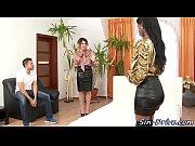 Сексуальная девушка соблазняет мужчину