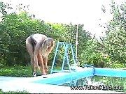 gagica are distracție la piscină