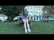 Девушка раздевается в парке на скамейке видео онлайн