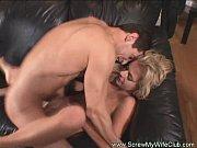Порно зрелая дама сосет очкарик у дома