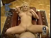 На обычной кухне покорный раб дарит двум своим порно госпожам отличный кунилингус