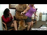 Фото как группа парней трогает 1 девушку