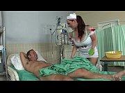 Делает горловой минет своему мужу