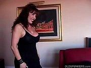 Длинноногая мамаша с огромными сиськами