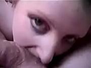 sexy chick con labio piercing traga una carga caliente