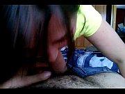 Девушка раздвигает ноги и показывает трусики