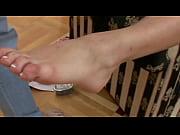 Скачет на полу на резиновом хуе