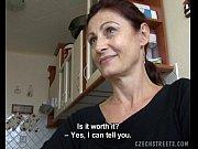 Видео девушки засовывают себе в жопу разные предметы