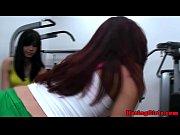 Порно хрупкая девушка сосет член