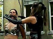 lateks odjeven drolja igra s njom seksualni rob