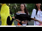 Русская девка в сексуальных трусиках и чулках мастурбирует