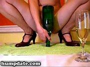 Как компания девушек издеваются и глумятся над чмошницей заславляя ее лизать им жопы