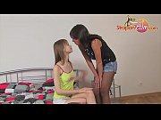 Две девушки заставляют мужика лизать им киски