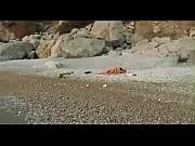 Голая девушка разделась на пляже
