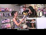 Порно видео девушка засовывает в себя предметы