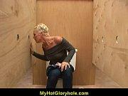 Накачаная девушка на руках сосет