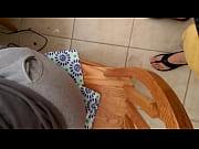 Флто как женщина снимает мини шорты