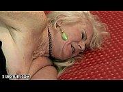 Мастурбирует за просмотром порнухи