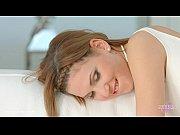 Любительское видео дома девушку раздевают во время танца