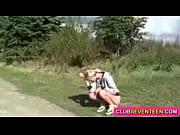 Порно блондиночка показывает свою дырочку