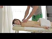 девушка растягивает штаны у мужчины