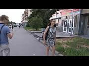 Девушка в мини юбке показывает попку